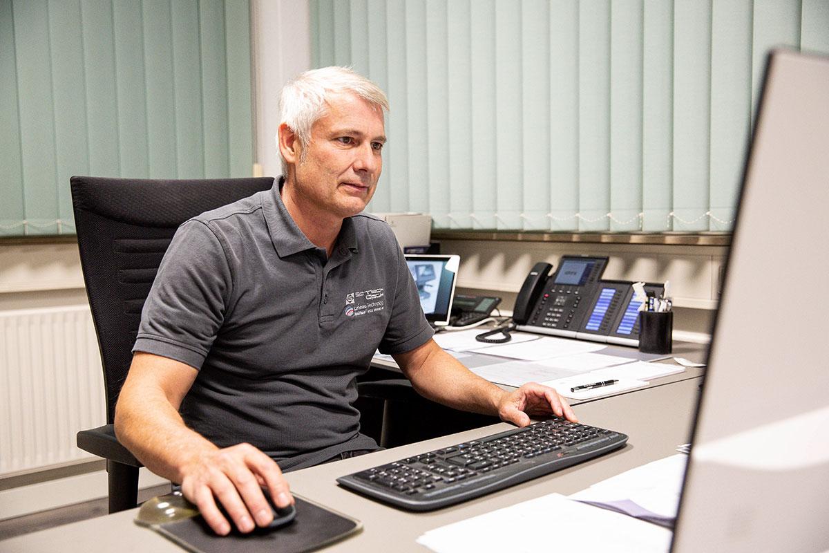 Helmut Schneck bei Wartungsplanung
